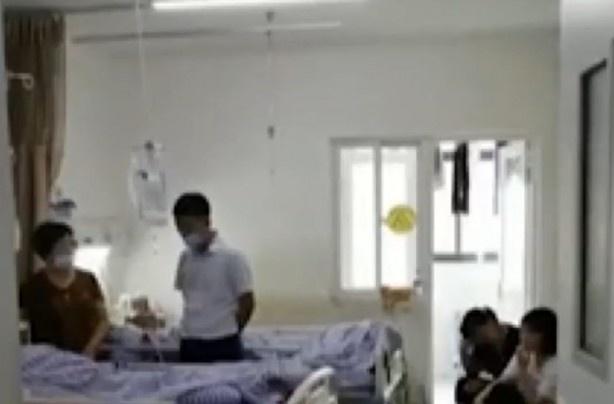 Çinli genç, altı yaşından beri ellerinde ve ayaklarında uyuşukluk çekmeye başladığını ve his kaybının vücudunun sağ yarısını tamamen sarmasıyla doktora başvurduğu ifade etti.