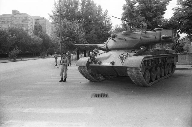 Türkiye Cumhuriyeti tarihinin emir komuta zinciri içinde gerçekleştirilen son askeri darbesi 12 Eylül, idam, kötü muamele ve insan hakları ihlalleriyle zihinlerdeki yerini koruyor.