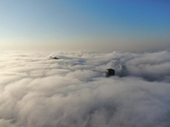 İstanbul Levent`te sise bürünen gökdelenler, kartpostallık görüntüler oluşturdu.