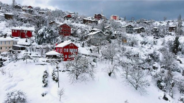 Kastamonu'nun tarihi ilçesi İnebolu'da kar kalınlığı bazı mahallelerde 1 metreye ulaştı. İlçeye bağlı 70 köy yolu ulaşıma kapandı, çok sayıda köye ise elektrik verilemiyor.