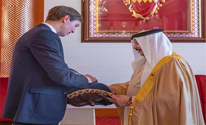 ABD'den İsrail'le anlaşma öncesi Bahreyn Kralı Al Halife'ye Tevrat hediyesi