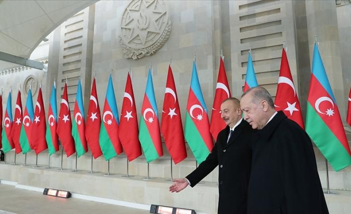 Başkan Erdoğan ve İlham Aliyev şükür namazı kıldı.