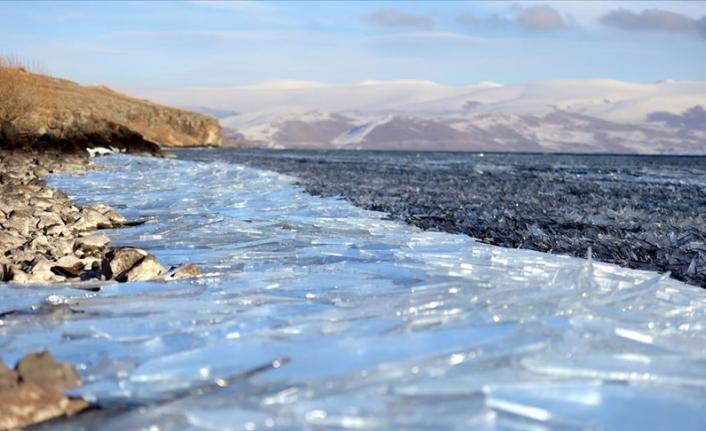 Çıldır Gölü'nde dalgaların ince buz tabakalarını kırıp kıyıya sürüklemesi görsel şölene dönüşüyor