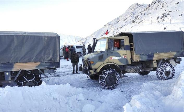Şemdinli'de çığ düşmesi sonucu bir asker şehit oldu, bir askeri arama çalışmaları sürüyor