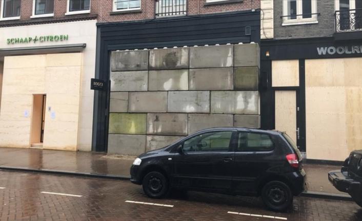 Hollanda'da mağazalar yağmalamaya karşı beton blok kullanıyor