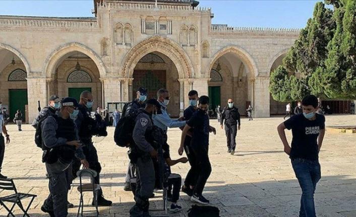 Onlarca Yahudi yerleşimci İsrail polisi eşliğinde Mescid-i Aksa'ya baskın düzenledi