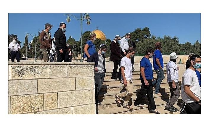 Mescid-i Aksa'ya baskın düzenleyen fanatik Yahudiler işgalci İsrail bayrağı açtı