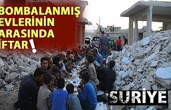 Suriye'de bombalanmış evlerin arasında toplu iftar
