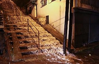 İzmir'de sağanak sel ve su baskınlarına neden oldu