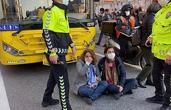 Kadıköy'de HDP milletvekilleri yol kapattı, trafik felç oldu