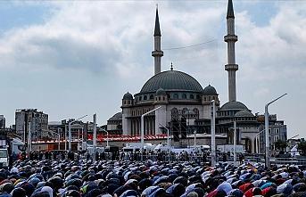 Taksim'e yapılan cami kılınan cuma namazıyla ibadete açıldı