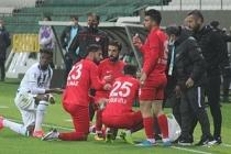 Müslüman futbolcular maç esnasında oruç açtı