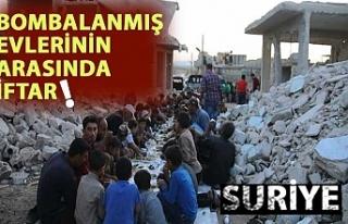 Suriye'de bombalanmış evlerin arasında toplu...
