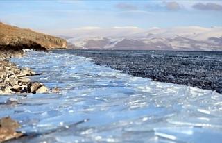 Çıldır Gölü'nde dalgaların ince buz tabakalarını...