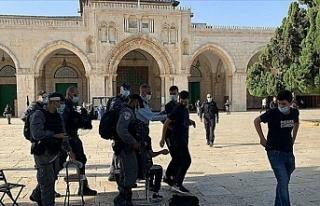Onlarca Yahudi yerleşimci İsrail polisi eşliğinde...