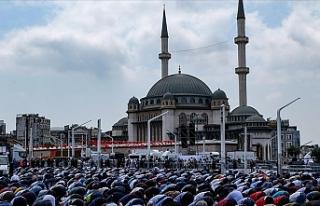 Taksim'e yapılan cami kılınan cuma namazıyla...