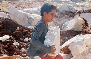 Suriyeli Hamahir, taş kırarak ailesini geçindirmeye...
