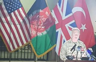Türk bayrağını arkasına alan ABD'li komutandan...