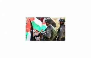 İşgalci İsrail askerleri gösteri düzenleyen Filistinlilere...