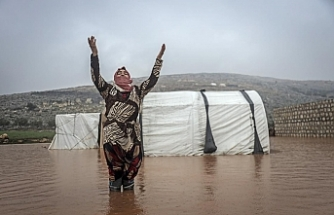 İdlib'de yerinden edilen 50 bin sivilin çadırı sular altında kaldı