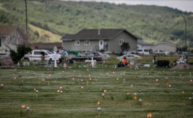 Kanada'da yatılı kilise okulu bahçelerinde bulunan kayıt dışı çocuk mezarları gündemdeki yerini koruyor